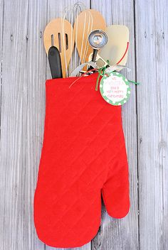 Christmas Gift Idea – Oven Mitt Stocking with Free Printable Tag