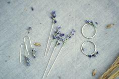 Каждая брошь выполнена вручную в единственном экземпляре, цвета, размер и форма могут отличаться. Также в этой серии есть кольца и сережки.
