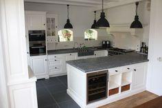 ruime keuken zwart wit Kitchen Desks, New Kitchen, Kitchen Cabinets, Interior Design Inspiration, Decor Interior Design, Cottage Kitchens, Happy House, Cool Kitchens, Home Projects