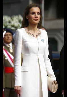 La reine Letizia en blanc virginal avec son col richement brodé de cristaux