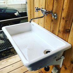 いいね!89件、コメント1件 ― CLIP HOUSEさん(@clip_house)のInstagramアカウント: 「外用の水栓にも向いてる理科の実験用シンク。深めが欲しい方は病院用シンクがおすすめ。#cliphouse #スケルトンハウス #エンジョイワークス #エンジョイワークス一級建築士事務所 #hayama…」 Toilet Tiles, Garden Sink, Wash Tubs, Clinic Design, Washroom, Architect Design, Basin, Faucet, House Styles