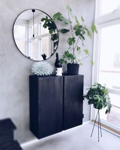 Hej fina ni! Tänkte att jag skulle bjuda på lite bilder på mina Ikea hacks här hemma. Jag gillar verkligen att mixa Ikea med lite dyrare designklassiker och pe Home Decor Hacks, Home Decor Furniture, Ikea Hall, Entry Hallway, Entryway, Uppsala, Scandinavian Home, Decoration, Ivar Ikea Hack