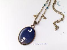 """Collier bronze cabochon """"Lapin au clair de lune"""" - bleu : Collier par manegefantome"""