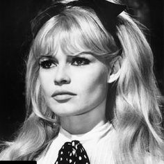 WHO LOVES A OVERSIZED BOW? Hit like if you think this style is timeless!!! #bridgetbardot #hairbow #hairgoals #hairgoals😍 #hairstyles #hairstylist #1960s #chichair #feminism #hairaccessories #hair #haircuts #hairtutorial #inspo #isolation #velvethairbows Vintage Hairstyles, Trendy Hairstyles, 1960s Hairstyles, Wedding Hairstyles, Famous Blondes, Pelo Vintage, Beach Wave Hair, Bleach Blonde, Photoshop