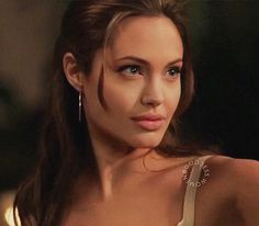 Celebrity dads angelina jolie aesthetic angelina j Star Fashion, 90s Fashion, Angelina Jolie 90s, Angelina Jolie Hairstyles, Beautiful Celebrities, Beautiful Women, Le Rosey, Mr And Mrs Smith, 90s Hairstyles
