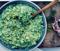 Grönkålscrème går snabbt att tillaga och blir himmelskt gott till julbordets bastanta rätter. Från naturens skafferi behöver du rotselleri, blandspenat och grönkål. Tillsammans med grädde och en matberedare uppstår underverk. Smaksätt med salt och peppar.