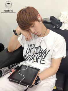 Music Core; Jin qui dort dans la salle d'attente zzZ (Sous-titres: Sleeping Beauty Jin).