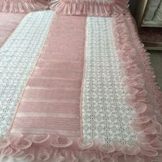 This Pin was discovered by Zey Designer Bed Sheets, Pillow Crafts, Stylish Beds, Crochet Fabric, Crochet Blanket Patterns, Filet Crochet, Beautiful Bedrooms, Bed Covers, Fabric Painting