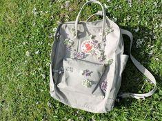kanken and flowers bliss Mochila Kanken, Kanken Backpack, Unique Backpacks, Grey Backpacks, Art Hoe Aesthetic, Gray Aesthetic, Yellow Kanken, Backpack Organization, Back Bag
