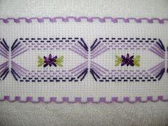 Esta es la primera toallita facial del juego tono morado-lila, siempre bordado yugoslavo en una cenefa de cuadrillé