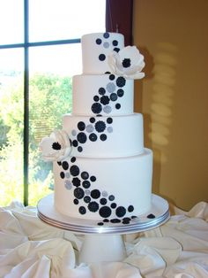 Oh buttons, oh anemones, oh white and blue. Payton's birthday? Lindsay's wedding? LOVE THIS CAKE