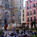 Tomar algo sentado en una de las terrazas de la Plaza del Obispo, mientras disfrutas de las vistas de la Catedral y del Palacio del Obispo en Malaga