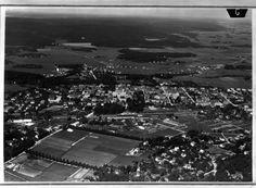 Alingsås Vy 1935, Järnvägsstationen och torget bakom. Klinten ligger framför. Man kan se taket på vårar hus ;-)