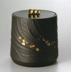 All lacquerware pieces for sale. Gallery Japan promotes Japan's traditional arts and crafts by providing information about artists and artworks. Shop Japanese lacquer and urushi pieces by Japanese craft artists, including Living National Treasures. Japanese Porcelain, Japanese Ceramics, Japanese Pottery, Ceramic Boxes, Ceramic Art, Chinese Crafts, Japanese Artwork, Traditional Japanese Art, Kamakura