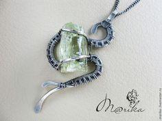 Купить или заказать Кулон серебряный 'Хранитель тайн' в интернет-магазине на Ярмарке Мастеров. Небольшая изящная подвеска в виде змейки, оберегающей природный кристалл гелиодора (разновидность берилла). Выполнена в технике Wire wrap с применением метода холодной ковки. Гелиодор — камень праздников. Он создает у своего владельца радостное, приподнятое настроение, избавляет его от хандры, неуверенности в себе, наделяет даром красноречия, остроумия, делает обаятельным и привлекательным в…