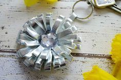 A beautiful key chain pendant in the shape of a flower, made of faux leather in silber and with a big rhinestone. Get the full tutorial on my blog idimin.berlin #diy #doityourself #handmade #selfmade #basteln #crafting #crafts #selbstgemacht #anleitung #tutorial #creative #deko #Schlüsselbund #Schlüsselanhänger #keychain #keypendant #flower #Blume #fauxleather #silver #Silber #keyring