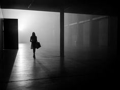 Rupert Vandervell 系列作品「Man on Earth」拍攝主體是人們本身,透過出色運用黑白與光影突出人們在都市裏的動態。他的街拍作品特色之一,是觀眾難以辨別到底是在哪裏拍的,找不到城市的特點,看不出具體的地方。而這個正是攝影師的原意,讓人們的焦點就放在主體身上,好仔細觀察路人的狀態。