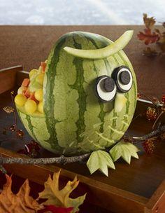 Un gracioso decorado y postre a la vez para una fiesta buho! Via www.fiestafacil.com / A darling dessert and decoration for an owl party! Via www.fiestafacil.com