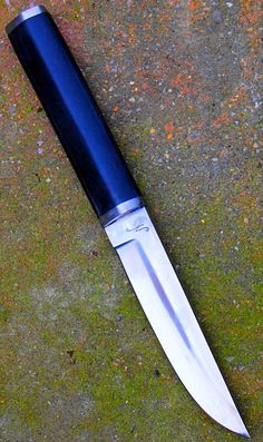 commande client puukko type tapio wirkala en lame de 13.4 cm forgée en Xc 75 avec trempe selective , garde et pommeau en inox , manche en ebene de plus de 100 ans ( souvenir familial) fourni par client. customer's order  puukko as tapio wirkala 's design with blade of 5.28 inch forged in 1075 carbon steel with selective tempering , stainless guard and pommel , ebony handle over 100 years old (family memory) provided by customer.
