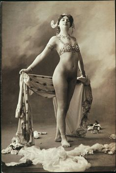 Dutch exotic dancer, (wwi) spy and courtesan Margaretha Zelle, alias Mata Hari in wearing only a bra and jewellery. source: Wikimedia more [+] Mata Hari posts Mata Hari, Old Photos, Vintage Photos, Top Imagem, Portrait, Historical Images, Belly Dancers, World War I, Belle Epoque