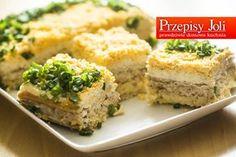 SAŁATKA WARSTWOWA NA KRAKERSACH Składniki: 27 krakersów 1 puszka tuńczyka w sosie własnym 10 dag sera żółtego 1 ogórek konserwowy 4 jajka ugotowane na twardo Pęczek szczypiorku Słoiczek majonezu Pi...