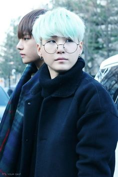 OH MY GOD YOONGI LOOKS LIKE A MIX BETWEEN A PRESTIGIOUS PROFESSOR AND A BABY PUPPY