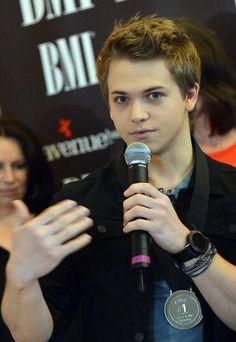 "He looks like he's trying 2 explain something and everybody's just like ""omg he is SOOO cute!!!!!!!"""