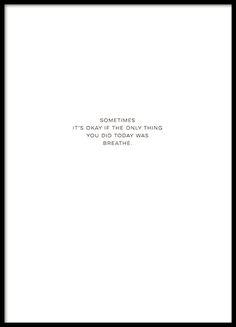 Plakat mit dem Text Sometimes it's okay if the only thing you did today is breathe in minimalistischem Design. Stilvolles Plakat mit diskreter Optik, das an jede Wand passt. www.desenio.de