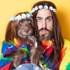 """Dizem que os casais começam a ficar parecidos ao longo dos anos. Isso também pode ser verdade no caso de Topher Brophy e seu cão, Rosenberg. Embora a dupla conviva a apenas dois anos, eles compartilham uma inconfundível semelhança: seus cabelos, os olhos verdes e até usam roupas combinando! Os dois começaram a combinar roupas em sua página no Instagram, porque """"parecia algo natural"""" para eles."""
