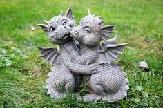 Sitting dragon couple love kissing Garden figure - Skincare - Fun Foods 4 All Statue Ange, Dragon Statue, Magical Creatures, Fantasy Creatures, Fantasy Dragon, Fantasy Art, Couple S'embrassant, Couple Kissing, Dragon Garden