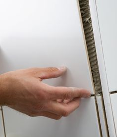 Heb je plannen om je toilet, douche of badkamer te betegelen? Met behulp van dit stappenplan en de duidelijke schetsen leer je zelf een muur betegelen.