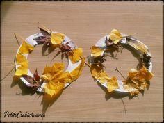 Bricolage couronnes d'automne enfants avec feuilles séchées.