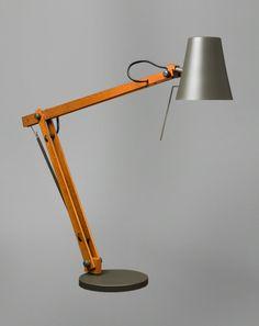 Produtos:: Cricket II :: La Lampe Cricket II Designer: André Wagner + Luminária de leitura, concebida para articular com grande facilidade e leveza. Possui uma única articulação, sustentada através de mola em aço. Refletor em alumínio com pintura na cor grafite. Haste em madeira tratada. Utiliza uma lâmpada halopin de até 40W, que oferece boa reprodução de cores.