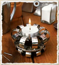 DIY Recycled Tin Can Tea Light Holder. Template and tutorial from one of my favorite sites What I Made… here. Aluminum Can Crafts, Aluminum Cans, Recycled Tin Cans, Recycled Crafts, Diy Crafts, Recycled Clothing, Recycled Fashion, Pop Can Crafts, Tin Can Lanterns