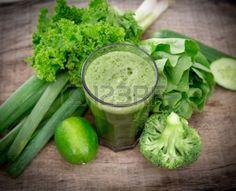 21362449-jus-de-legumes-verts-en-bonne-sante-sur-la-table-en-bois