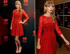 O vestido de renda vermelha ficou ainda mais poderoso sobre o fundo preto. Como já é uma peça muuuito marcante, Tay dispensou acessórios!