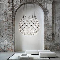 Las lámparas son cada vez más esculturales, estéticas y más cercanas a las obras de arte. O bien, son iconos clásicos que por su estética seguirán en boga