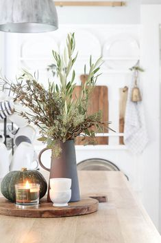 25 Amazing Fall Home Decor Ideas With Farmhouse Style. If you are looking for Fall Home Decor Ideas With Farmhouse Style, You come to the right place. Below are the Fall Home Decor Ideas With Farmhou. Kitchen Island Decor, Modern Kitchen Island, Kitchen Styling, Kitchen Dining, Kitchen Vignettes, Fall Vignettes, How To Decorate Kitchen Island, Modern Kitchen Wall Decor, Fall Kitchen Decor