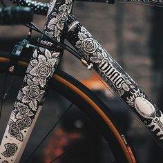 It took London illustrator @xsamdunnx thirty hours to apply her artwork over @spooncustoms frame. It's on display at @brooksengland's @b1866london shop this month, and featured today on Cycle EXIF. Sam Dunn