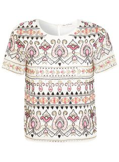 Cremefarbenes T-Shirt mit Paisley-Verzierung.