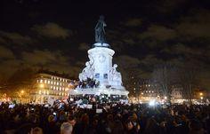 Les Parisiens réunis place de la République, en hommage aux victimes des attaques terroristes, le 7 janvier 2014 à Paris. L'immense manifestation à Paris en images.  #JeSuisCharlie #Je_Suis_Charlie #I_am_Charlie #IAmCharlie #CharlieHebdo #Charlie_Hebdo #CHARLIE #anti_terrorism #FREEDOM #jesuischarlie #PARIS