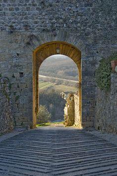 Porta Nord di Monteriggioni      Scorcio panoramico dalla Porta Nord di Monteriggioni, rivolta verso Firenze (Italy)