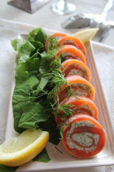 300 g tuoresuolattua lohta tai kirjolohta 100 g maustettua tuorejuustoa (valkosipuli, yrtti) 1 dl kuohukermaa nippu tilliä ruohosipulia sitruunalohkoja 1. Vatkaa kerma vaahdoksi. 2. Hienonna tilli ja… Fish Dishes, Caprese Salad, Fresh Rolls, Superfood, Tapas, Food And Drink, Yummy Food, Healthy Recipes, Snacks