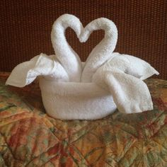 Love swan towels Origami Towel Folding, Napkin Folding, Towel Swan, Towel Display, Towel Animals, How To Fold Towels, Towel Cakes, Baby Washcloth, Decorative Towels