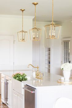 Wonderful Elegant and Stylish Kitchen Gold Lighting Fixtures Ideas Kitchen island lighting fixtures come at all shapes, sizes, and prices. Basically, your options are very nearly limitless. But this article is not. So rest assu. Home Design, Küchen Design, Classic White Kitchen, White Kitchen Island, Lounge Design, Stylish Kitchen, Home Decor Kitchen, Kitchen Ideas, White Kitchen Decor