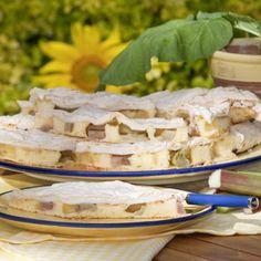 """""""Diesen Kuchen gibt es bei uns während der Rhabarbersaison jede Woche, denn den mag die ganze Familie"""", schwärmt Martina Heidebreck von ihrem..."""