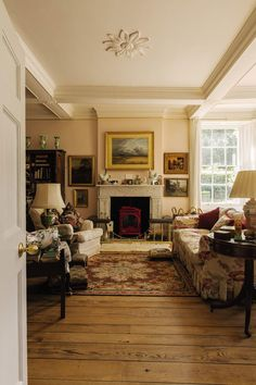 Inside the Charming English Country Estate of Deborah, Duchess of Devonshire - Asia Coy Home Style At Home, English Country Style, English Cottage Style, English Country Cottages, French Country, English Cottage Interiors, French Cottage, American Country, English Decor