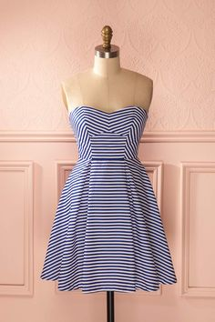 Même le coeur du marin le plus endurci chavirera devant votre charme rétro.  Even the heart of the toughest sailor will tip over in front of your vintage charm. Blue and white stripes bustier dress www.1861.ca