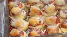 Cartofi copți cu roșii și carne tocată! - Retete-Usoare.eu Pretzel Bites, Baked Potato, Sprouts, Korn, Food And Drink, Potatoes, Bread, Baking, Vegetables