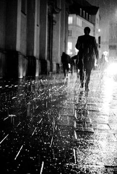 Vibrations Walking In The Rain, Singing In The Rain, Rainy Night, Rainy Days, Night Rain, Rain Photography, Street Photography, Black White Photos, Black And White Photography